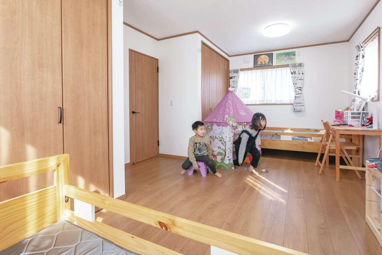 Um House(マル祐戸田建築)【デザイン住宅、間取り、屋上バルコニー】シンメトリーにデザインした子ども部屋。将来は真ん中で分けられるよう入口を2つ用意