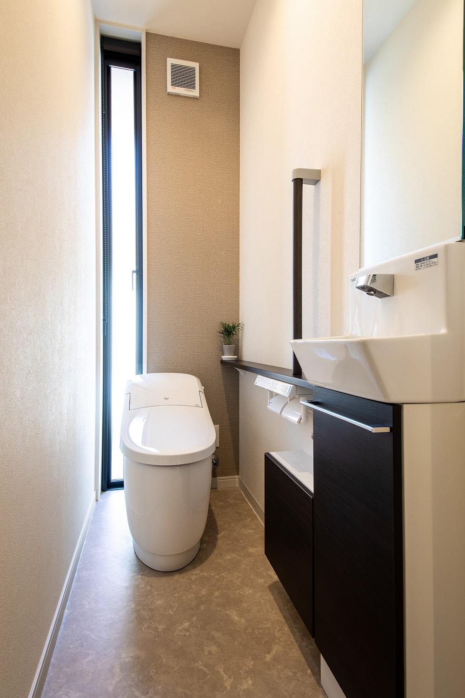 Um House(マル祐戸田建築)【夫婦で暮らす、間取り、平屋】縦窓から自然の光が照らす、明るく清潔感あふれるトイレ