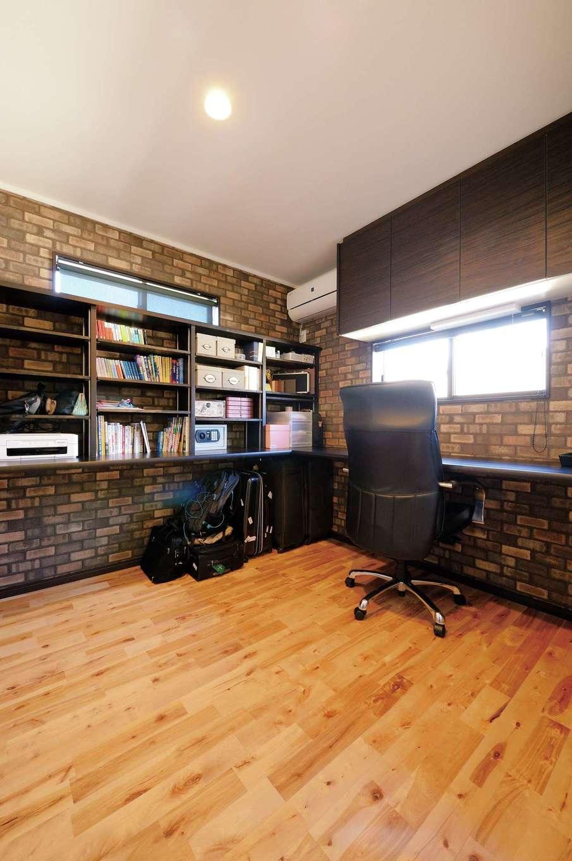 ほっと住まいる【子育て、趣味、自然素材】ご主人の書斎。海外出張が多いため、キャリーケースを収納できる高さに合わせてカウンターを造作した