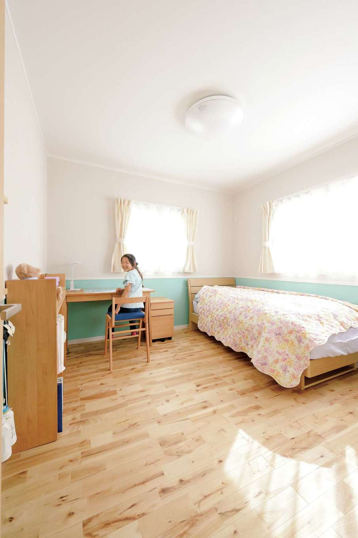 ほっと住まいる【子育て、趣味、自然素材】日当たりのいい子ども部屋。住宅ローンの返済期間中にリフォーム費用を追加したくないと、最初から2つの個室に分けた。2 階の床は節のあるカバザクラを使い、コストカットした