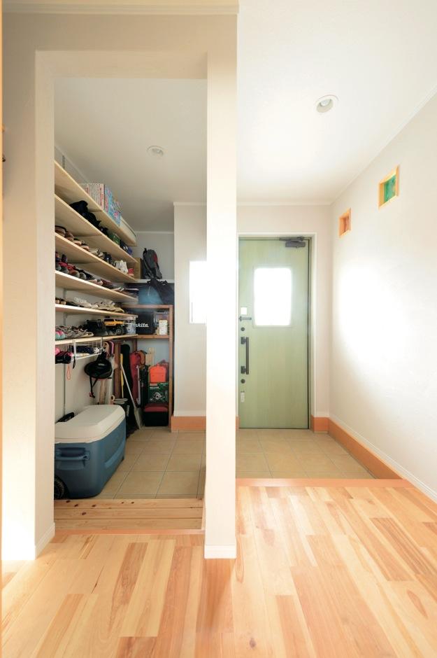 ほっと住まいる【デザイン住宅、子育て、インテリア】出しやすくしまいやすいシューズクロークのおかげで、散らかりがちな玄関ホールも常にスッキリ