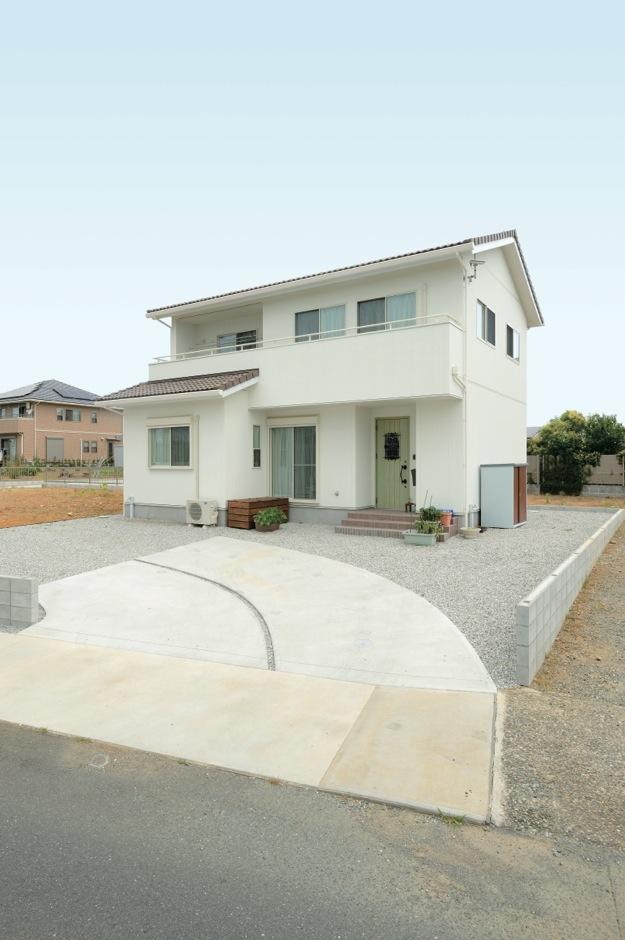 ほっと住まいる【デザイン住宅、子育て、インテリア】三角屋根のかわいい外観デザインは、ほのぼのとしたAさん家族によく似合う