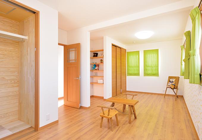 ほっと住まいる【収納力、自然素材、間取り】12畳の子ども部屋は小さいうちはワンルームの遊び場に、成長に応じて2部屋に間仕切りできる。クロスやカーテンのセンスも奥さまのお好み通り
