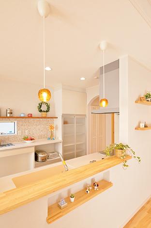 ほっと住まいる【収納力、自然素材、間取り】デザインと使い勝手を両立したキッチン。雑貨、小物、照明など、自分のお気に入りのアイテムを持ち込んで『ほっと住まいる』に施工してもらうこともできる