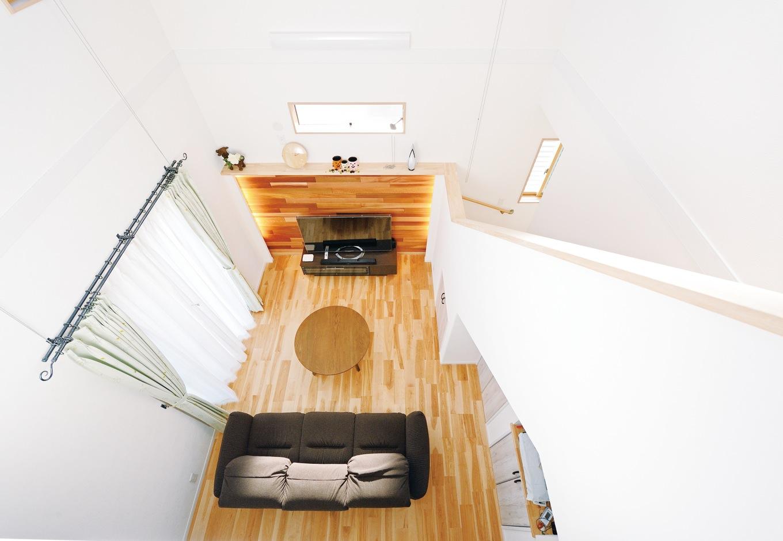 ほっと住まいる【子育て、輸入住宅、省エネ】階段と一体化した吹抜け空間。テレビを見ている時に、横で昇り降りされたくないと、廊下からしかアクセスできないように階段の位置を工夫した