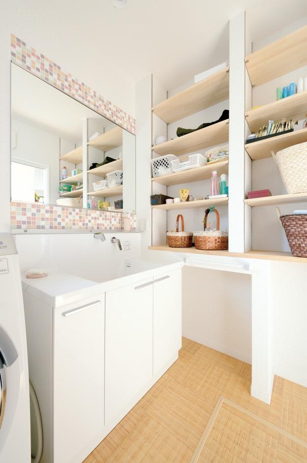ほっと住まいる【子育て、輸入住宅、省エネ】大きめの一面鏡とモザイクタイルが素敵な洗面脱衣所。造作の収納棚も『ほっと住まいる』ならではの丁寧な仕上がり