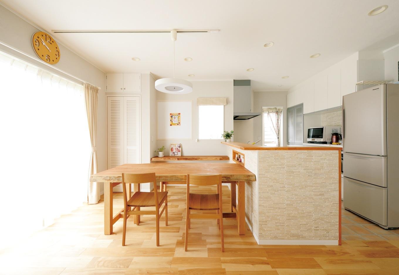 ほっと住まいる【輸入住宅、自然素材、省エネ】モザイクタイルを貼ったキッチンは通常より30cm長く、作業しやすい。造作カウンター上のホワイトボードは、学校行事のプリントを貼ったりできて便利