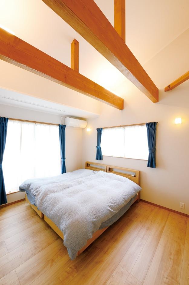 ほっと住まいる【輸入住宅、自然素材、省エネ】勾配天井の開放感に癒される主寝室。大容量のウォークインクローゼットも設置
