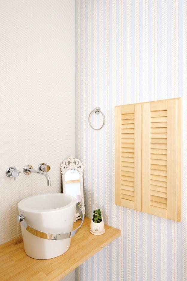 ほっと住まいる【輸入住宅、自然素材、省エネ】奥さまがコーディネートした2階のトイレ。バケツのようなボウルがかわいい。こんな遊びができるのも自由設計の醍醐味