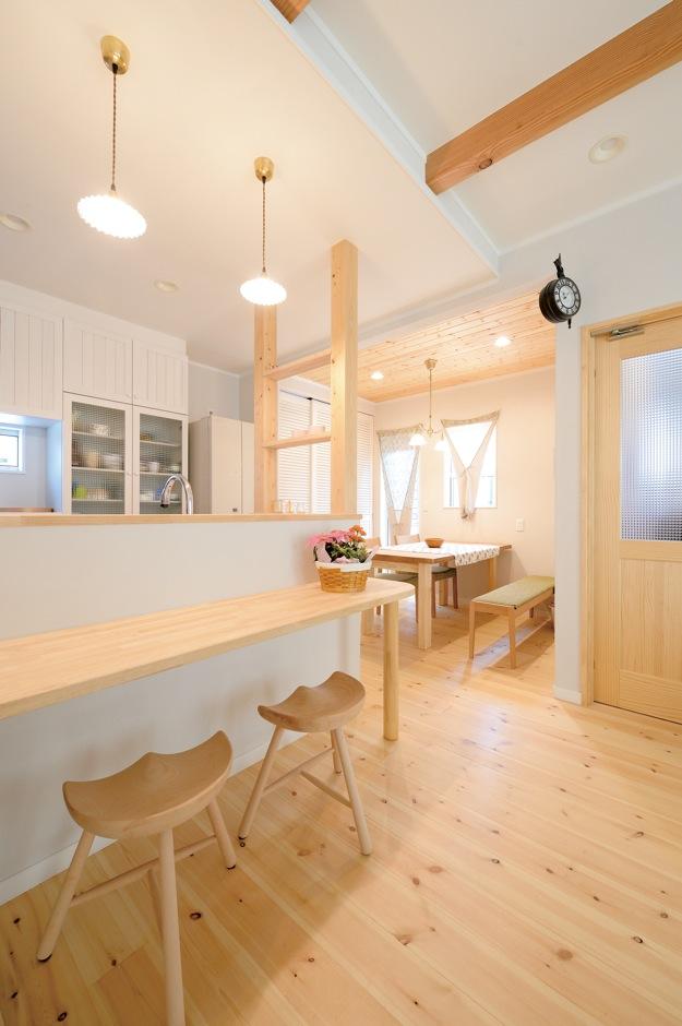 ほっと住まいる【子育て、輸入住宅、自然素材】ダイニングは天井に無垢板を張って空間に変化をつけた。造作カウンターは子どもたちが勉強にも使っているので、キッチンに立ちながら家族と対話できる