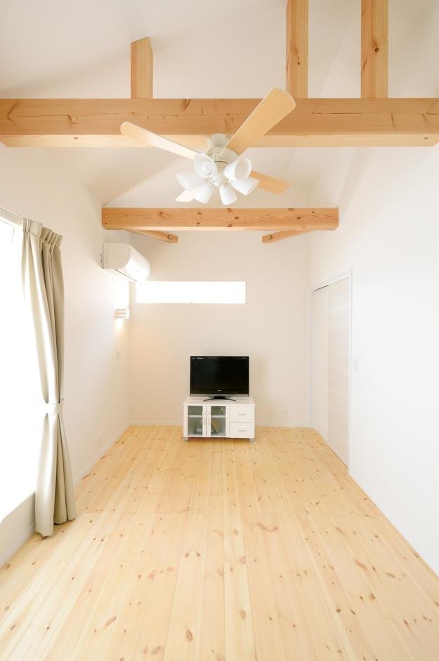 ほっと住まいる【子育て、輸入住宅、自然素材】広い主寝室はセカンドリビングとしても活用。梁とシーリングファンは演出と実用を兼ねて