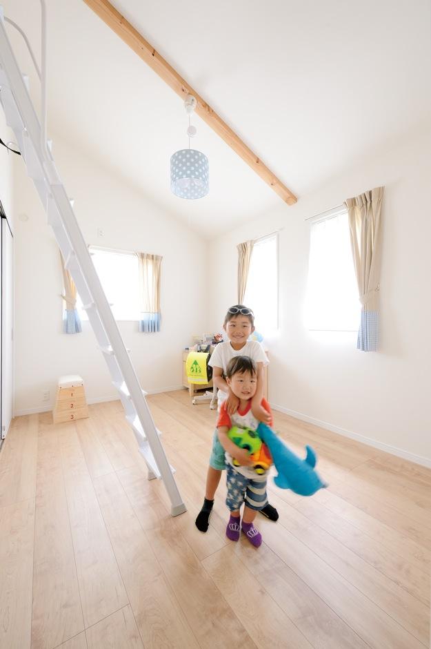ほっと住まいる【子育て、輸入住宅、自然素材】兄弟それぞれの子ども部屋は同じ間取りの2部屋。クローゼットの中は調湿効果の高い杉と桐を使い、大切な衣類を守る