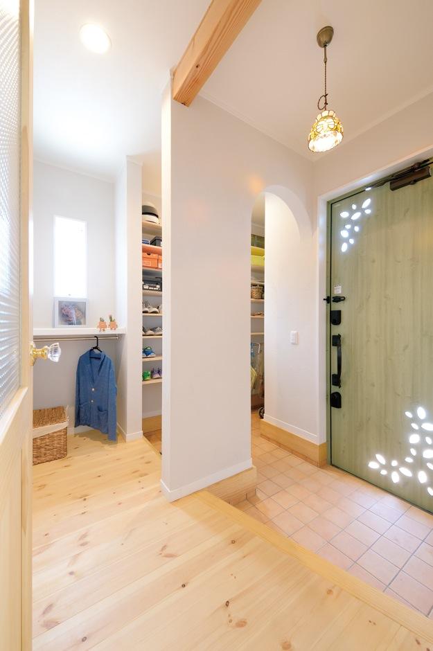 ほっと住まいる【子育て、輸入住宅、自然素材】玄関ホールは抜群の収納力でいつもすっきりと。ステンドグラスの照明器具やおしゃれなドアノブ、チェッカーガラスのドアが空間を豊かに彩る