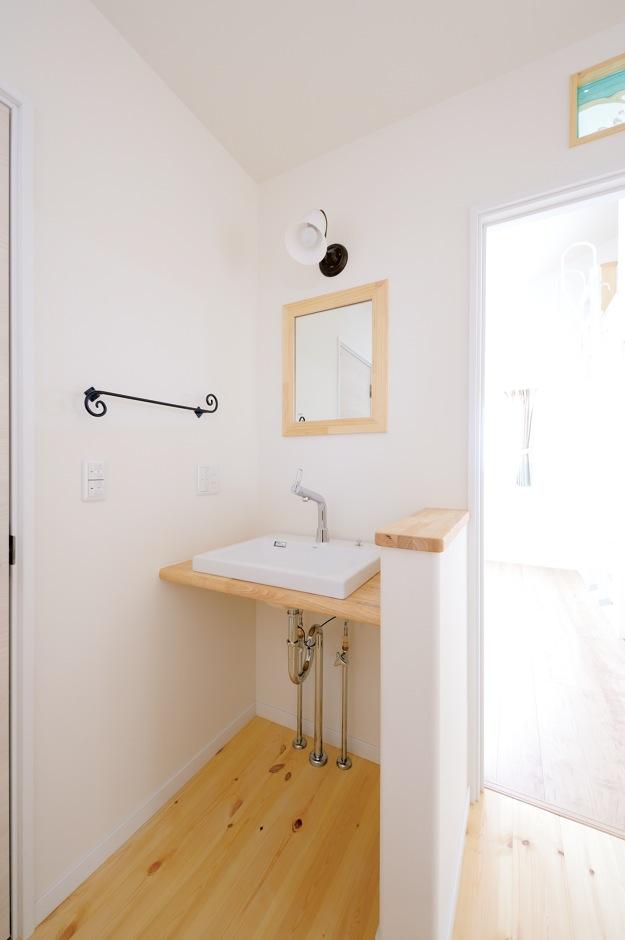 ほっと住まいる【子育て、輸入住宅、自然素材】手を洗う習慣が自然に身につく2階の洗面所。アイアンのタオル掛けがシンプルな空間を引き立てる