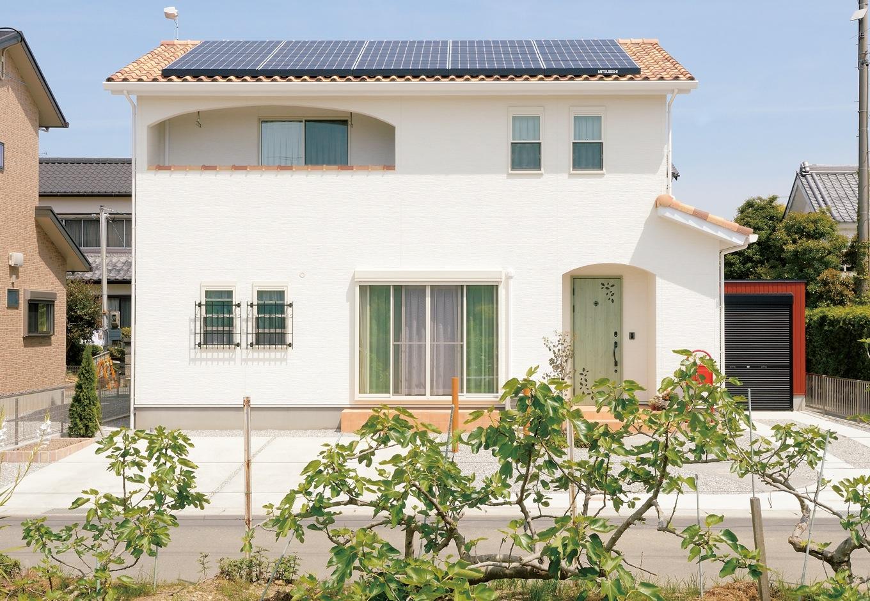 ほっと住まいる【子育て、輸入住宅、自然素材】緑の扉、オレンジのポーチ、白い壁、ロートアイアンなどのディテールを 組み合わせ、プロヴァンス風の外観に