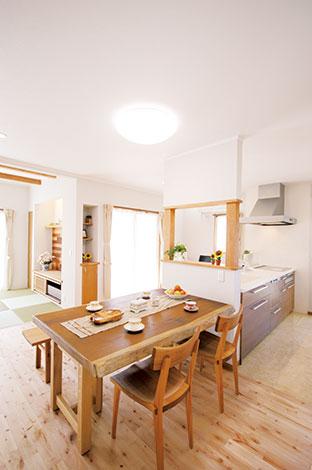 ほっと住まいる【収納力、二世帯住宅、自然素材】ワークスペースやパントリーも確保された使い勝手のいいダイニングキッチン。キッチンからリビングの様子もうかがえる配置