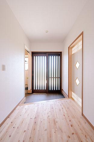 ほっと住まいる【収納力、二世帯住宅、自然素材】スッキリとした玄関。入った瞬間、清々しい木の香りに包まれる。シューズクロークからホールに上がれるので、玄関はいつもスッキリ