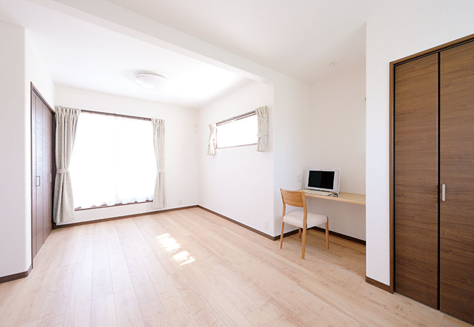 ほっと住まいる【収納力、二世帯住宅、自然素材】将来子ども部屋となる洋室。間仕切りも可能でクローゼットも2つ用意
