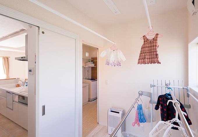 ほっと住まいる【収納力、自然素材、間取り】仕事・家事・子育てに忙しい奥さま念願の物干し部屋。乾いた洗濯ものは洗面室に設けた収納棚にサッと整理できる。便利な回遊動線は栗田さんのアイデア