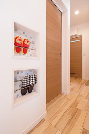 ほっと住まいる【収納力、自然素材、間取り】玄関ホールに作られたスリッパ収納も、見学会で参考にしたものの1つ。モザイクタイルはメイクコーナー、キッチンにも採用し、空間のアクセントに