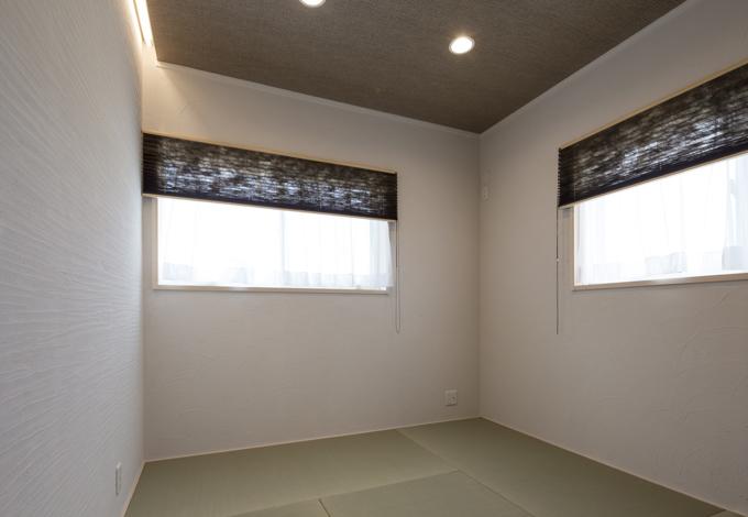 ほっと住まいる【収納力、自然素材、間取り】独立した和室は100%自然素材のシラス壁を採用。間接照明でモダンな雰囲気に
