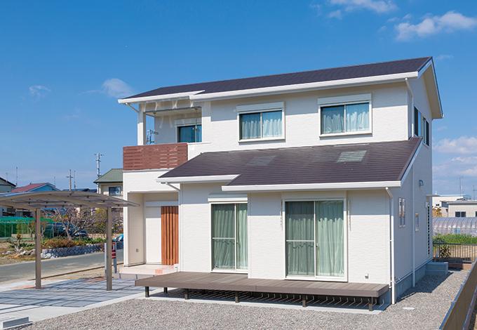 ほっと住まいる【収納力、自然素材、間取り】真っ白な外壁が青空に映えるS邸。一部がインナーバルコニーになって使い勝手も抜群