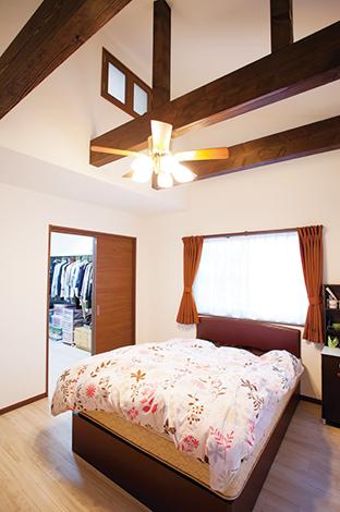 ほっと住まいる【1000万円台、収納力、自然素材】勾配屋根を活かした大空間の寝室。ウォークインクローゼットも広々。上部の小窓が小屋裏と寝室を繋ぐ