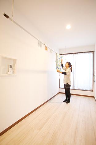 ほっと住まいる【1000万円台、収納力、自然素材】2階フリースペースは奥さまの要望。共働きで洗濯が夜になることもあるため、室内干しに便利な場所を確保