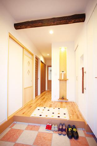 ほっと住まいる【1000万円台、収納力、自然素材】市松模様の明るい玄関。庭木を使った手摺、古材の梁がアクセント