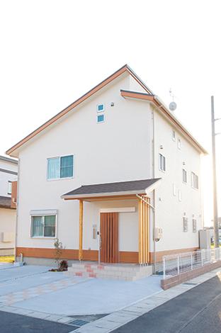 ほっと住まいる【1000万円台、収納力、自然素材】太陽光パネルを載せるため最適な屋根に。外観は一部に木目の色を加え、メリハリを付けた