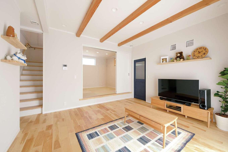 ほっと住まいる【自然素材、省エネ、間取り】自然素材で北欧スタイルに仕上げた室内。キッチンからリビング、和室まで見えるちょうどいいサイズが心地いい。小上がりの和室は、客間のほか、奥さまが趣味の着物をたたむときなど多用途に使える。小さな市松模様の畳が華やぎを演出
