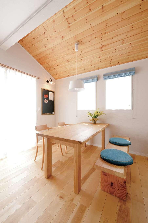 ほっと住まいる【自然素材、省エネ、間取り】モデルハウスで一目惚れして採用した、パインの勾配天井を使ったダイニング。タモ材のテーブルは杉山社長からの新築祝い。ブルーのファブリックがアクセントに