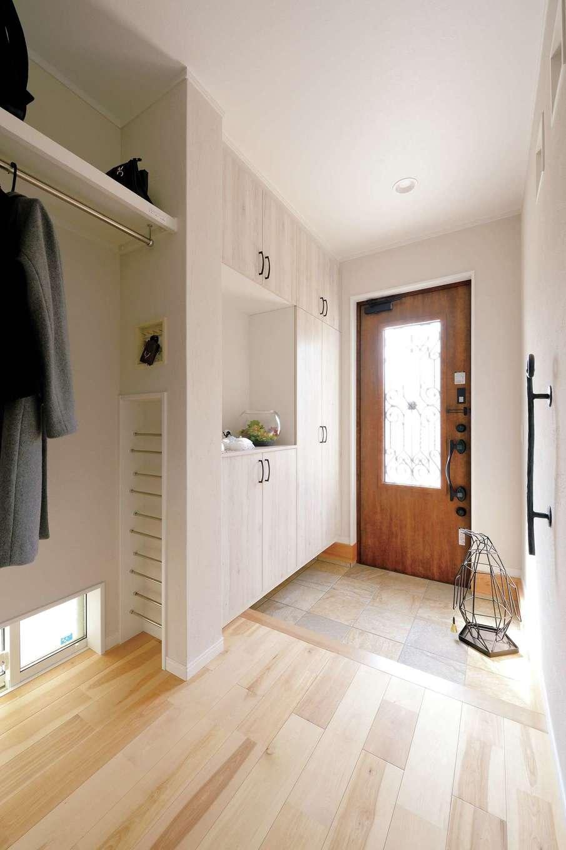 ほっと住まいる【自然素材、省エネ、間取り】南と東から光を招く明るい玄関ホール。床は天然石を使ったタイル貼り。コート掛けやなどの収納も充実