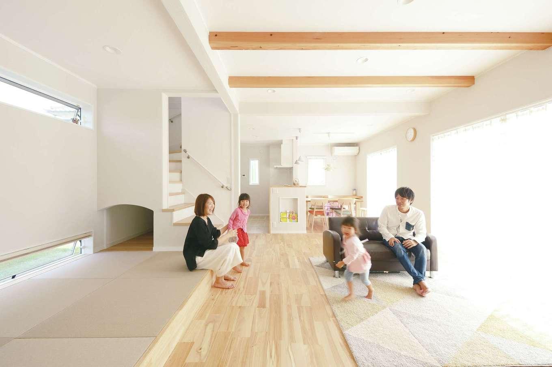 ほっと住まいる【子育て、自然素材、間取り】床には足触りが心地よいカバザクラの無垢材を採用。調湿・消臭効果に優れ、夏でもさらっとした住空間を作るシラス壁など、自然素材を使った体に優しいLDK