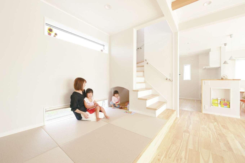 ほっと住まいる【子育て、自然素材、間取り】見せ梁がリズミカルなリビングは、小上がりの和室が隣接することで、畳数以上の広さを感じられる