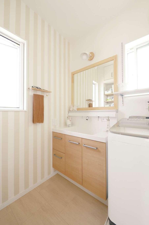 ほっと住まいる【子育て、自然素材、間取り】ストライプの壁紙と、造作した大きな木製枠の鏡がおしゃれな洗面脱衣室