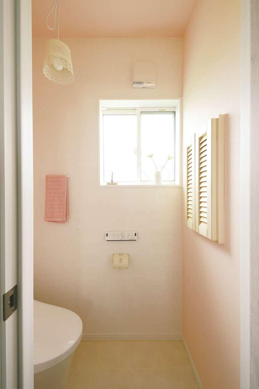 ほっと住まいる【子育て、自然素材、間取り】ピンクを基調にしたフレンチテイストのトイレには、ネットで見つけたお気に入りの照明を設置