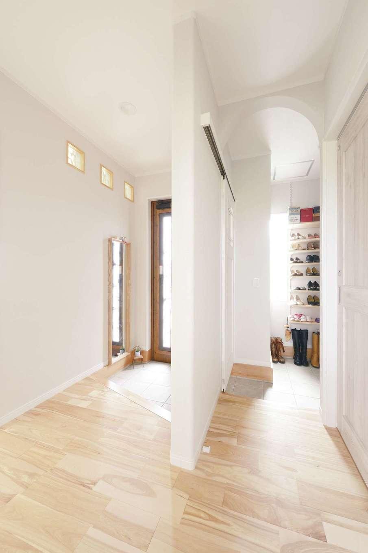 ほっと住まいる【子育て、自然素材、間取り】壁にガラスブロックを設けて、明るい玄関に