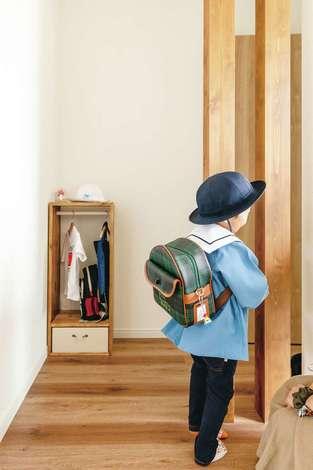 ほっと住まいる|お兄ちゃんの幼稚園グッズは玄関ホールにまとめて。作家さんにオーダーした小さなハンガーラックに収納