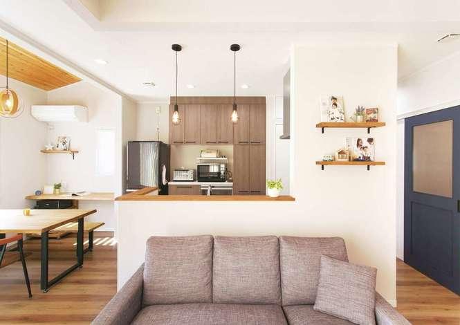 ほっと住まいる|居心地のいい空間の秘訣は床暖房と、職人が手作業で仕上げる塗り壁。シラスと呼ばれる火砕流の堆積物が原料で、余分な湿気を吸い込む効果も