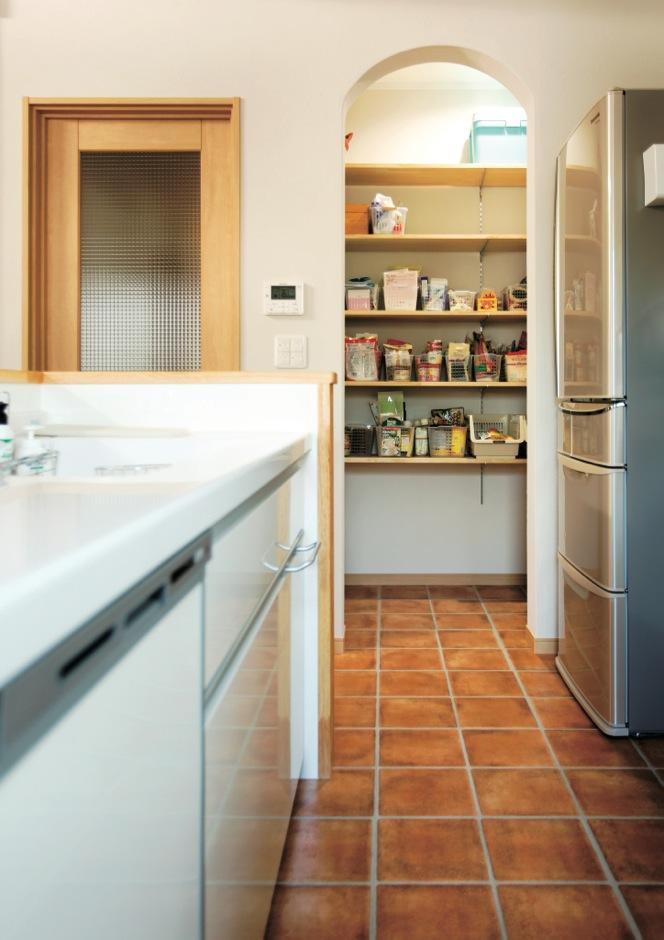 キッチン横のパントリーは、アーチ型開口がポイントだ