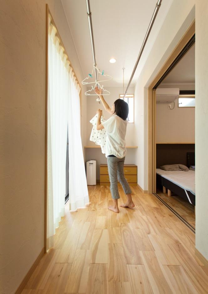 寝室前には、室内干しができるサンルームを用意。共働きの夫婦には必要不可欠の部屋だ