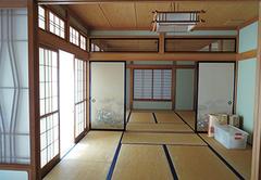 縁側付きの和室2間が続く、昔ながらの間取り。リビングとダイニングキッチンは別にあり、普段は使わないスペースだったため、いかに有効活用させるかがリフォームのカギだった
