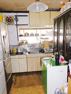 孤立していたキッチンをLDKに吸収したことで、「家族と一緒にテレビを見ながら家事ができて嬉しい」と奥さま