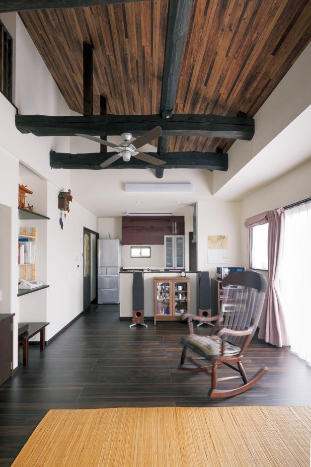 ほっと住まいる|ご主人のお母さまが住んでいた離れの平屋。居間として使っていた和室を洋間にリフォーム。勾配天井でより開放感が生まれた。太い梁は旧家の古材を再利用