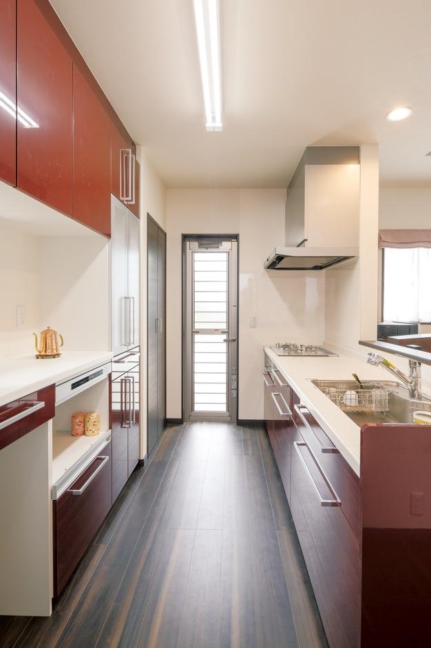 ほっと住まいる|家族に背を向けて孤独感の強かったキッチン。奥さまがTVや景色を見ながら料理できるよう、対面式を採用。 赤い食器棚が空間の差し色になっている