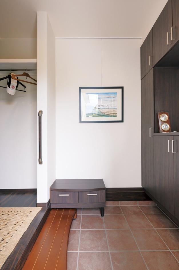 ほっと住まいる|増築した玄関ホールは、段差を抑えたバリアフリー仕様に。絵画教室に通うご主人が描いた傑作がシンプルな空間を彩る