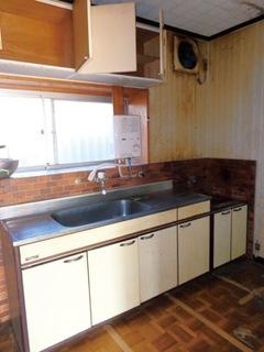 居間となっていた和室と離れていたため、家族と会話するにも移動が必要だった、施工前のキッチン
