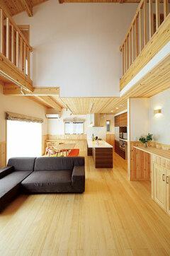 自然素材の美しい仕上げ吹き抜けが心地いい家