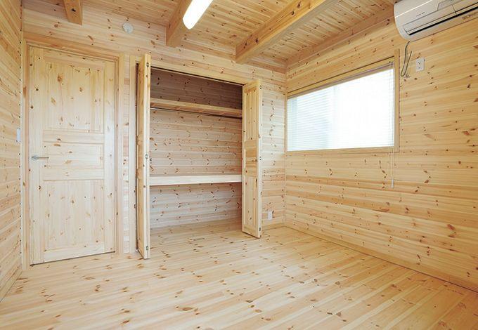 ハンドメイド【子育て、収納力、自然素材】ログハウスのように、全室まるごと板を張った子ども部屋は、子どもの穏やかな心を育んでくれそう